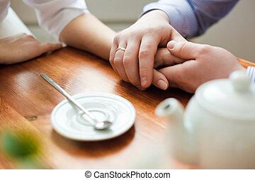 man's, en, van een vrouw, handen, de, tafel, in, koffiehuis