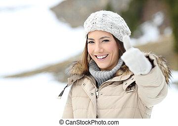 mantendo, mulher, polegar cima, morno, feliz, inverno