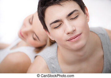 mantendo, relaxante, sentando, par, jovem, costas, seu, enquanto, junto., fechado, vista, olhos, topo, amando