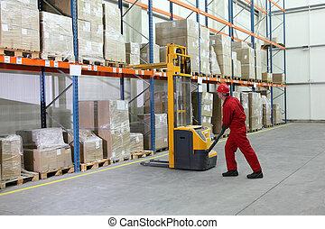 manuel, opérateur élévateur, au travail, dans, entrepôt