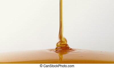 Manuka Honey Pouring
