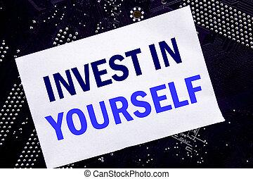 manuscrito, texto, mostrando, invista dentro, yourself., conceito negócio, para, motivação ego, escrito, ligado, nota pegajosa, computador, principal, tábua, experiência.