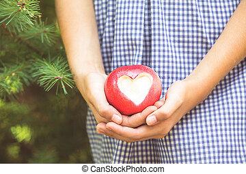 manzana roja, con, forma corazón