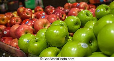 manzanas, en la exhibición, en, mercado de productos de...