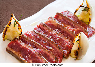 manzo, sliced., su, cotto ferri, chiudere, bistecca