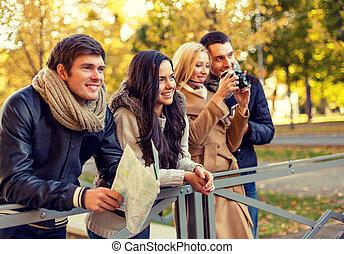mapa, amigos, grupo, cámara, aire libre