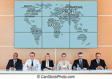 mapa, grupo, empresa / negocio, sentado, gente, internacional, contra, mirar, mientras, cámara, tribune, sonrisa, mundo, conference.