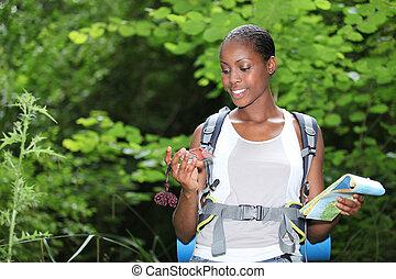mapa, kobieta, stał, outdoors, dzierżawa, busola