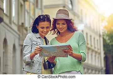 mapa, niñas adolescentes, cámara, aire libre, sonriente