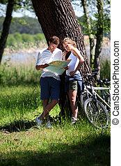 mapa, patrzeć, para, zatrzymywać, rower, zrobienie, jazda