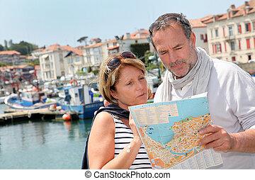 mapa, touristic, pareja, área, mirar, 3º edad