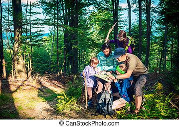 mapa, -, trzy, ojciec, córi, patrząc, rodzina, góra, szczęśliwy, podróż, macierz, las