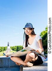 mapa, turista, fêmea asiática, ao ar livre, segurando