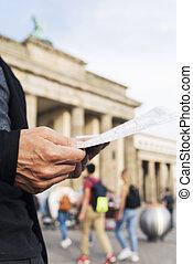 mapa, verificar, brandenburg, berlín, puerta, hombre