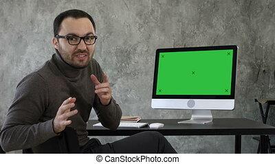 maquette, confiant, très, appareil photo, écran, jeune, screen., regarder, conversation, informatique, vert, manière, display., homme