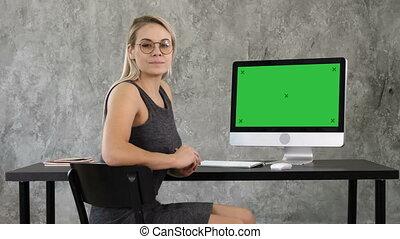 maquette, display., femme affaires, écran, screen., regarder, informatique, vert, joli, appareil photo