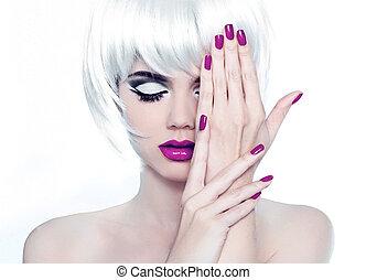 maquillaje, y, manicured, polaco, nails., moda, estilo, belleza, retrato de mujer, con, blanco, cortocircuito, hair.