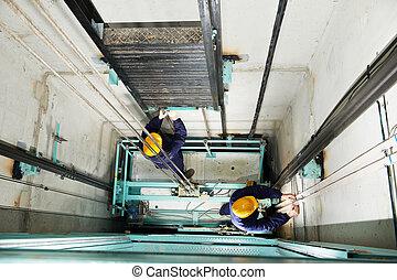 maquinistas, ajuste, levantamiento, en, elevador, hoistway