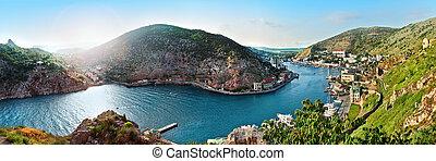mar, baía, paisagem, com, céu azul, montanhas, e, grama verde