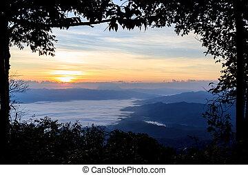 mar, de, niebla, en, amanecer, en las montañas, norte, de, thailand.