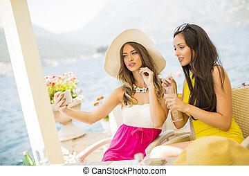 mar, levando, jovem, férias, bonito, selfie, mulheres