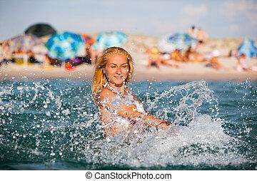 mar, mulher, jovem, água, ficar, desfrutando, tocando
