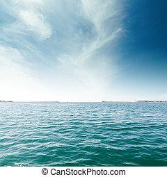 mar turquesa, e, nuvens, em, céu azul