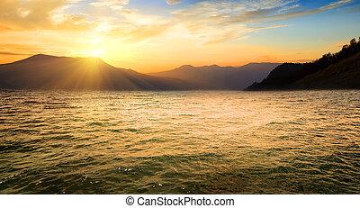 mar, y, montañas altas