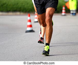 marathoner, fut, gyorsan, helyett, a, kikövezett, út