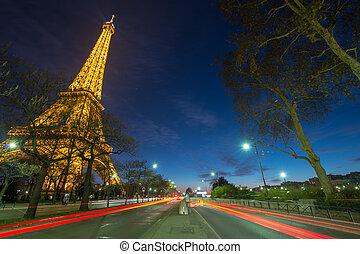 maravilloso, colores, de, eiffel, tower., invierno, ocaso, con, luz de automóvil, senderos, -, paris.