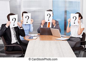 marca, pergunta, businesspeople, segurando, sinal