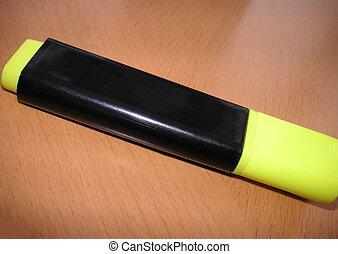 marcador amarillo, pluma