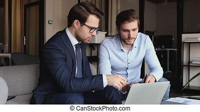marché, analyser, ligne, hommes affaires, deux, ensemble, bureau, cadre, fonctionnement