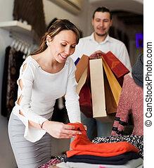 marché, couple, ordinaire, choisir, vêtements