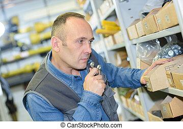 marchandises, vérification, niveaux, inventaire, entrepôt, homme