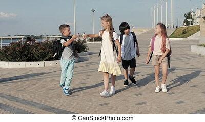 marche, élevé, sacs dos, donner, nourrisson, cinq, eachother., gosses, école