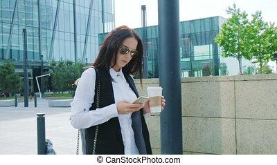 marche, affaires femme, texting, regarder, quoique, séduisant
