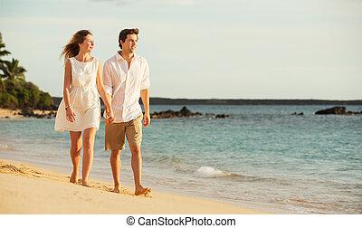 marche, amour, couple, jeune, plage coucher soleil