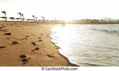 marche, amour, lumière, couple, vidéo, 4k, mer, plage coucher soleil, sablonneux