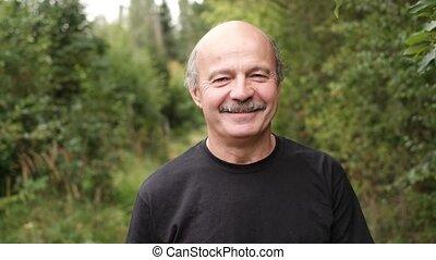 marche, arbres., parc, dehors, homme aîné, caucasien, heureux
