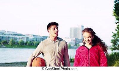marche, balle, parler., sportif, ville, couple, jeune, panier