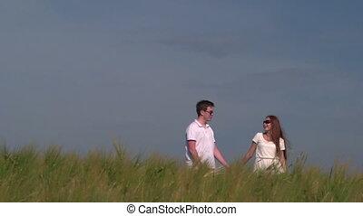 marche, blé, couple, jeune, champ, par, tenant mains