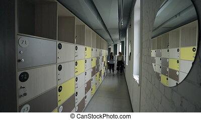 marche, box., bureau, deux, couloir, femmes, vêtements