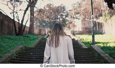 marche, brunette, vieille ville, escaliers., printemps, haut, lumière soleil, jeune, clair, femme, venir, élégant, girl, morning.