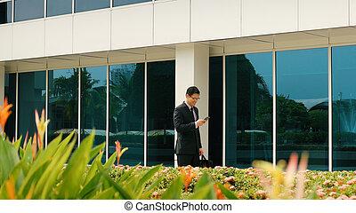 marche, bureau, bavarder, téléphone portable, homme affaires