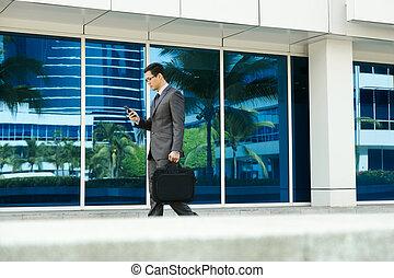 marche, bureau, téléphone portable, homme affaires, e-mail lecture