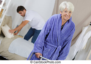 marche, carer, zimmer, maison, personne agee, dame