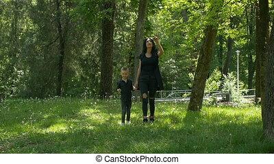 marche, concept, maternel, elle, mère, parc, mouvement, lent...