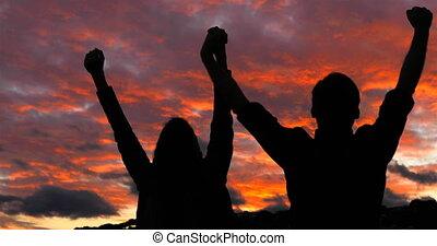 marche, coucher soleil, couple, elever arme