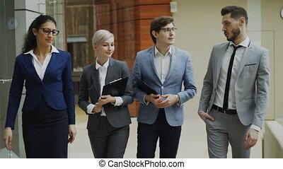 marche, coup, bureau, professionnels, stedicam, jeune, conversation, groupe, vestibule